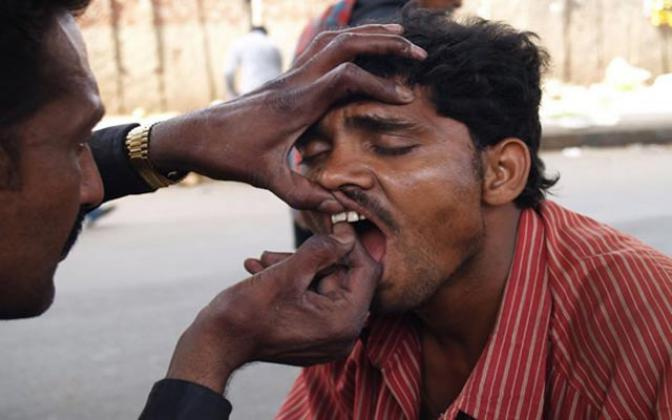 درمان دندان های فقرا هندی توسط  پزشک درخیابان