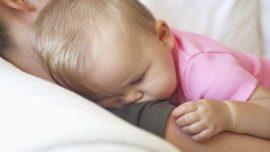 """حذار من نوم الاطفال جنب الامهات،بريطانية """"تخنق"""" رضيعها بشعرها!"""