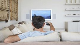 التربع أمام التلفزيون مضر أكثر من الجلوس في العمل!