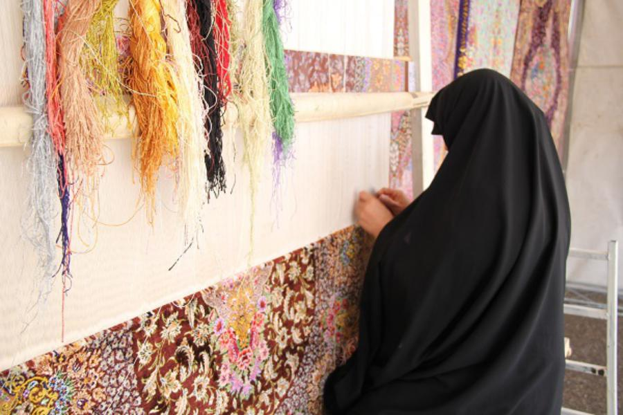 در سال رونق تولید: مددجویان هنرمند قمی ۱۹۵ تخته فرش بافتند