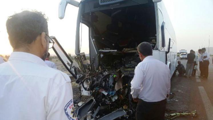 برخورد اتوبوس با تریلی در آزاد راه قم – کاشان ۲ کشته برجای گذاشت